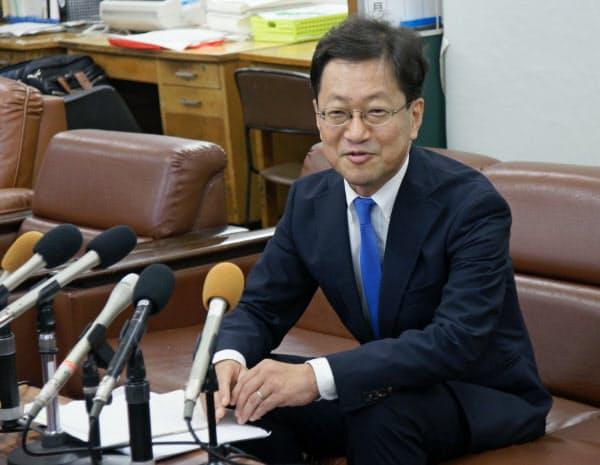 高知県知事選への出馬を正式に表明する浜田省司氏(27日午後、高知県庁)