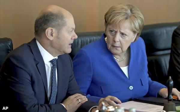 メルケル首相(右)とショルツ財務相には財政出動圧力も=AP