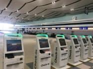 新千歳空港の国際線ターミナルビルでは自動チェックイン機や航空会社のカウンターが増設された