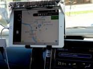 北海道厚沢部町での地域交通実験で、高齢者らを送迎するEV車内に設置された情報端末