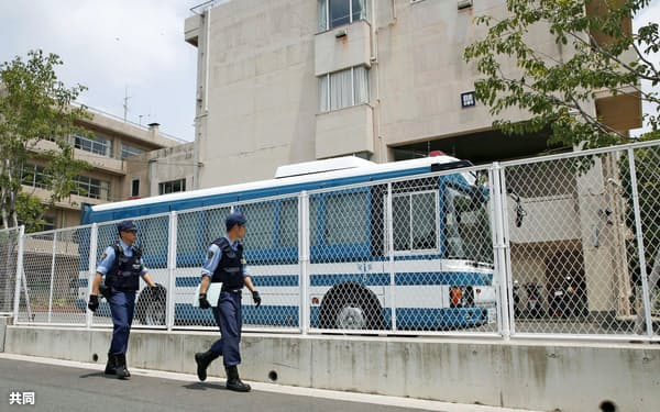 収容に応じずに逃げた男が使用した車が見つかり、周辺を警戒する警察官(6月20日、神奈川県厚木市)