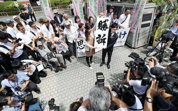 ハンセン病は、元患者の家族訴訟で国の責任を認めた判決が出た(6月、熊本市の熊本地方裁判所前)=共同