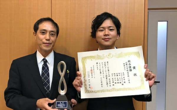 優勝した近畿大チームの芝村有悟代表(右)と指導教官の相馬利行教授