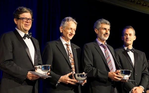 チューリング賞の授賞式(左からルカン、ヒントン、ベンジオ)