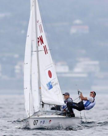 男子470級に出場した土居(左)、木村組(27日、江の島ヨットハーバー沖)=共同