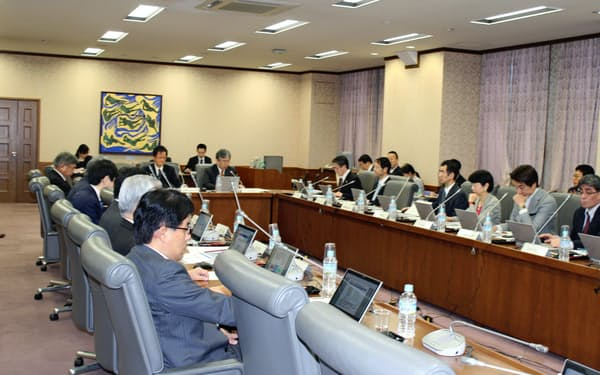 政府の税制調査会は学識経験者らで構成される首相の諮問機関