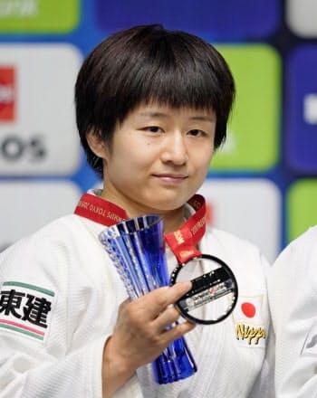 女子57キロ級で2位になり、銀メダルを手にする芳田司(27日、日本武道館)=共同