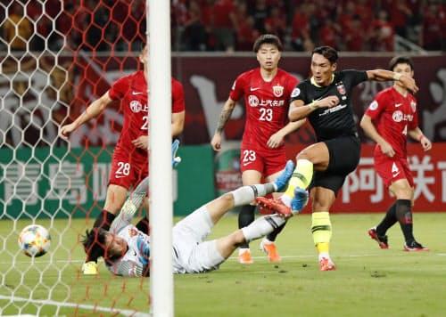 浦和―上海上港 前半、先制ゴールを決める浦和・槙野=手前右(27日、上海)=共同