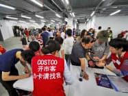 事前の会員登録でも長い列ができた(24日、上海)=AP