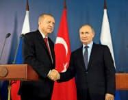 27日、モスクワ郊外で会談したロシアのプーチン大統領(右)とトルコのエルドアン大統領=ロイター