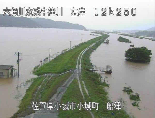 大雨の影響で増水した、佐賀県小城市を流れる牛津川(28日午前)=国土交通省九州地方整備局提供・時事