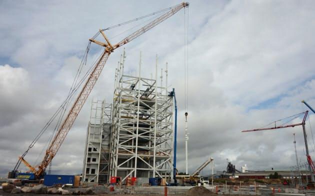 「ハイブリット」の建設現場。20年に高さ50メートルの試験プラントが完成する。右奥には高炉も見える(8月14日、スウェーデン北部ルレオ)