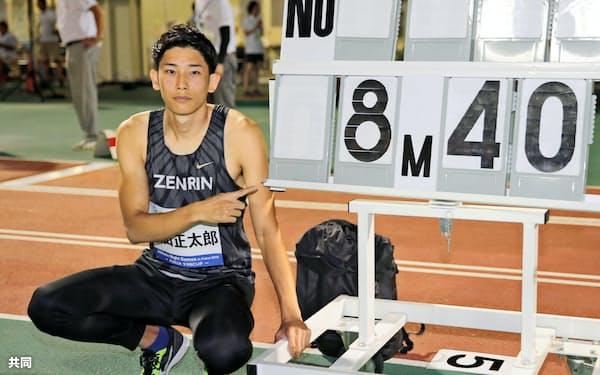 男子走り幅跳びで8メートル40の日本新記録をマークして優勝し、ポースをとる城山正太郎=共同