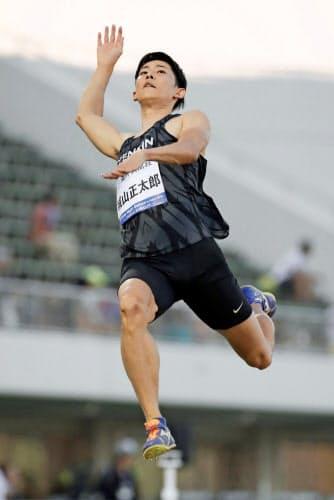 男子走り幅跳びの3回目に8メートル40をマークし、日本記録を更新した城山正太郎=共同