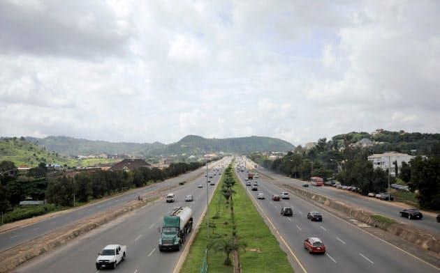 ナイジェリアの高速道路を行き交う車両=ロイター