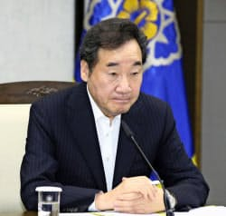 28日、閣僚級会議を開いた韓国の李首相=聯合・共同
