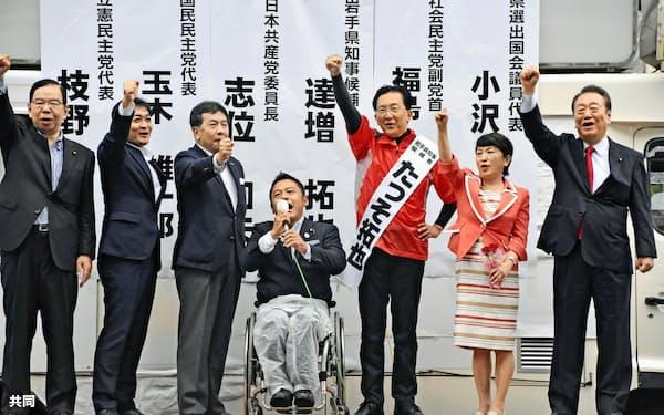 岩手県知事選の応援演説に駆け付けた立憲民主党の枝野幸男代表(左から3人目)と野党幹部ら(28日、盛岡市)=共同