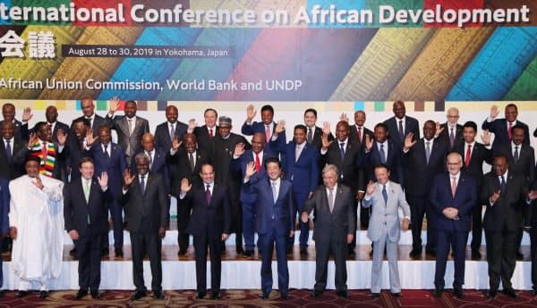アフリカ諸国の首脳らと記念撮影に臨む安倍首相(28日、横浜市西区)