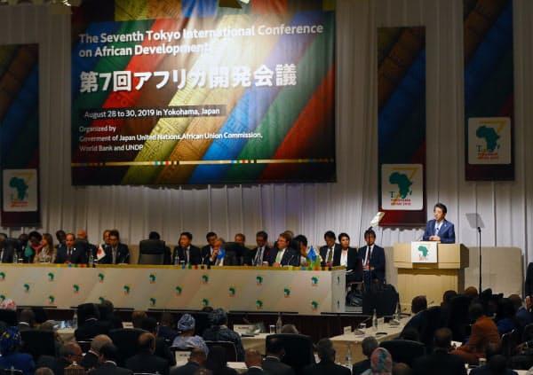 アフリカ開発会議の開会式で基調演説する安倍首相(28日、横浜市西区)