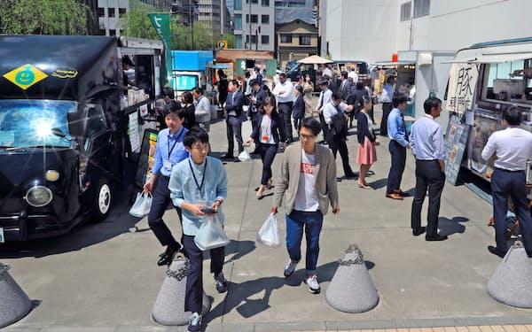 日替わりで訪れるTLUNCHのフードトラックで弁当を求める人たち(東京・銀座)