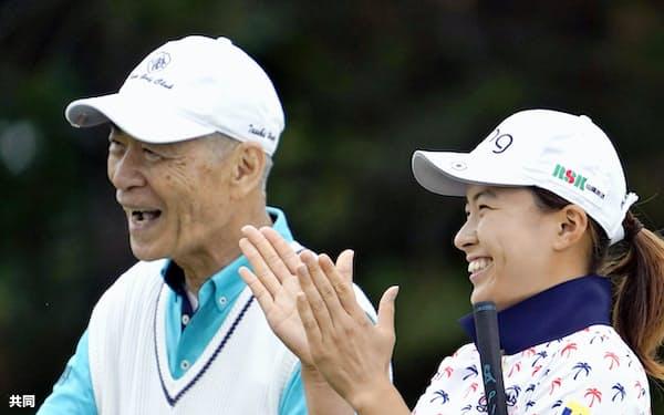 プロアマ戦で笑顔を見せる渋野日向子。左は一緒にラウンドする本庶佑京都大特別教授(28日、小樽CC)=共同