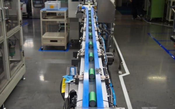 郡山事業所のリチウムイオン電池の製造ライン(8月28日、福島県郡山市)