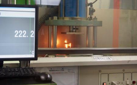 リチウムイオン電池にクギを打ち込んで意図的に発火させる実験も公開した(8月28日、福島県郡山市)