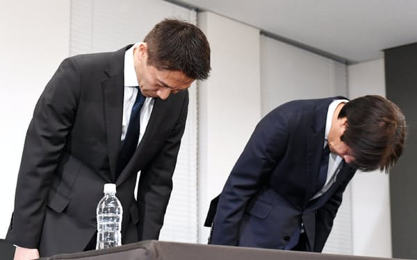 記者会見で頭を下げるリクルートキャリアの小林大三社長(左)ら(26日、東京都千代田区)