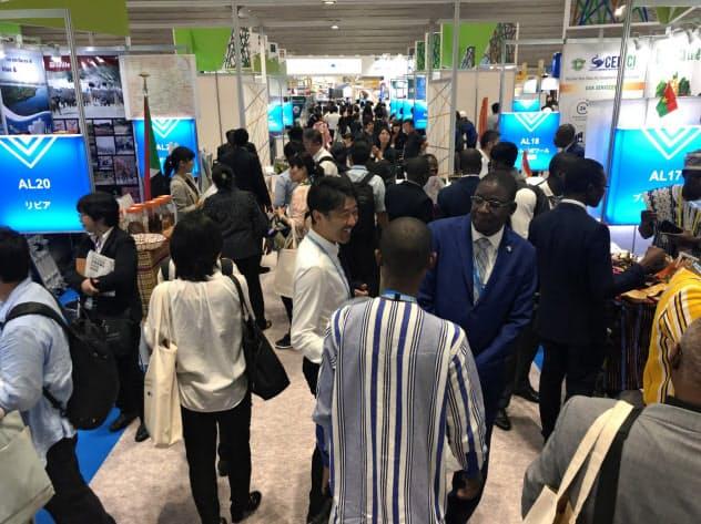 横浜で開幕したTICADではアフリカ諸国が自前のブースを出展し、投資誘致合戦を繰り広げた(28日、横浜市)
