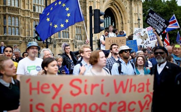 英議会前で、長期閉会に反対するEU離脱反対派のデモ(28日、ロンドン)=ロイター