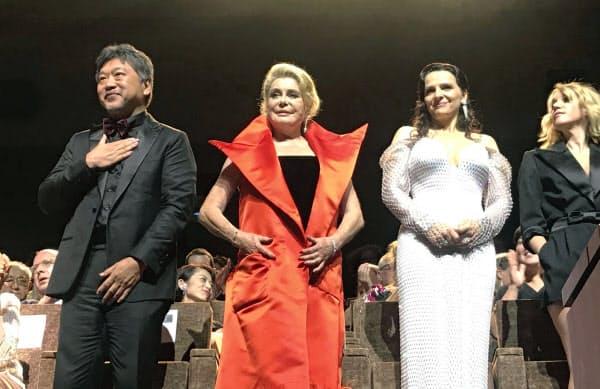 開幕上映終了後に観客の拍手に応える(左から)是枝裕和監督、カトリーヌ・ドヌーブさん、ジュリエット・ビノシュさん(28日、イタリア)=共同