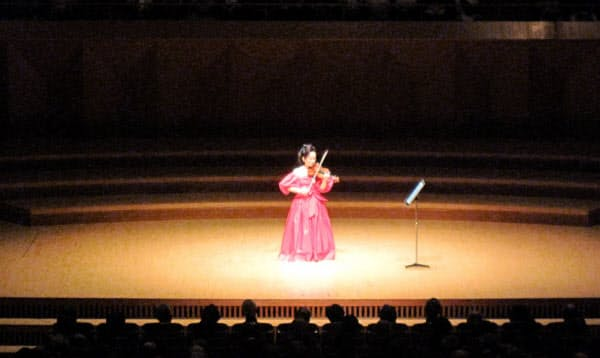 みなとみらいホール大ホールで演奏する前橋汀子(8月25日、横浜市)=KAJIMOTO提供