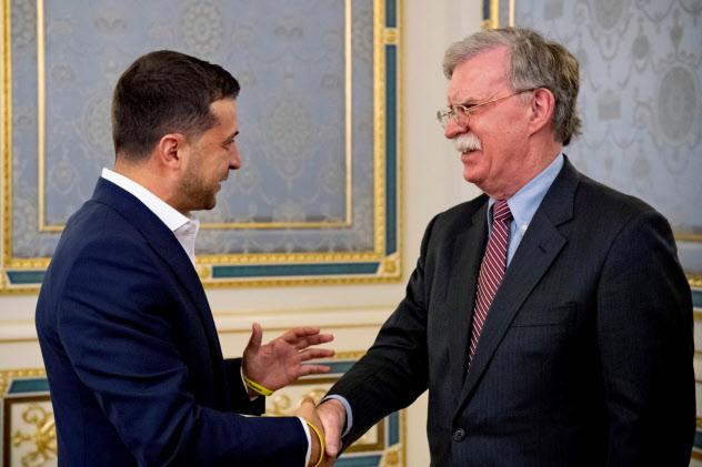 ボルトン米大統領補佐官(右)はウクライナを急きょ訪問し、同国のゼレンスキー大統領と会談した(28日、キエフ)=ロイター