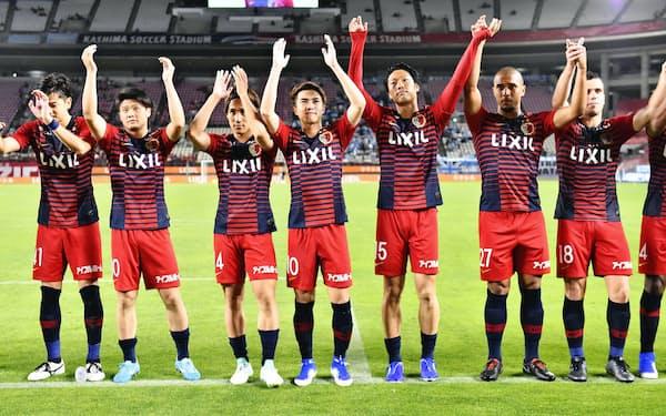 鹿島は7月6日の磐田戦に勝利してJ1初の通算500勝に到達。小泉社長は「フットボールについてはこれまでの伝統とスピリットを継承してほしい」と話す=共同
