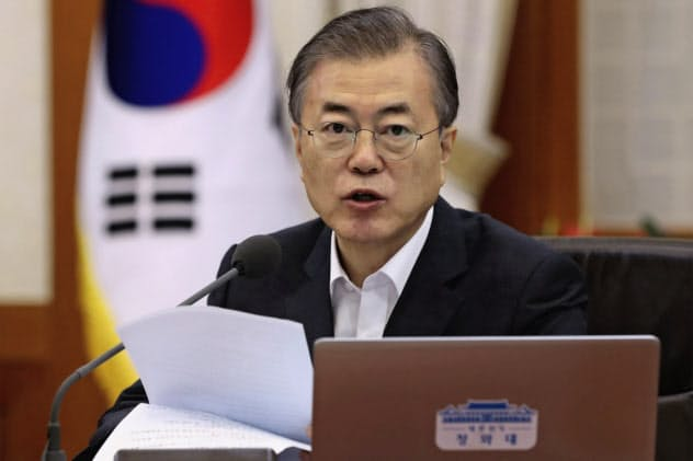 韓国の文在寅大統領は日本の輸出管理厳格化を「根拠なしに経済報復を合理化しようとしている」と批判した(29日、ソウル)=AP