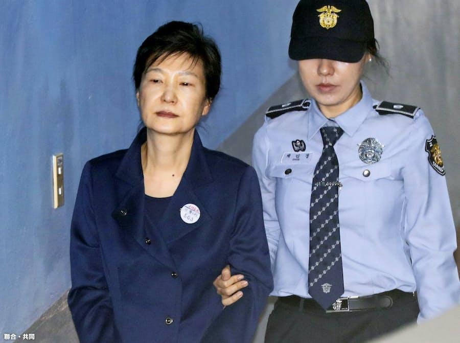 韓国最高裁、朴前大統領の実刑破棄 審理差し戻し: 日本経済新聞