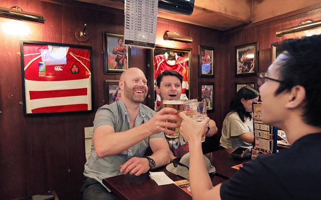 スポーツバーでビールを楽しむオーストラリア人(東京都港区のHUB外苑前店)
