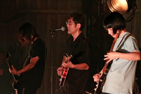 骨太のリズムとひずんだギターの音塊が聴衆の熱気とぶつかる。左から中尾、向井、田渕=菊池 茂夫撮影