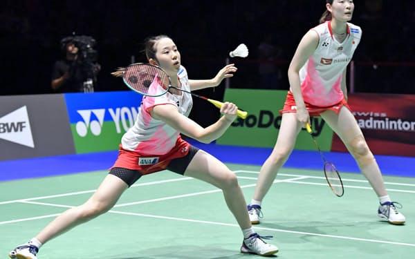 世界選手権の女子ダブルス決勝で福島、広田組と対戦する永原(左)、松本組=共同