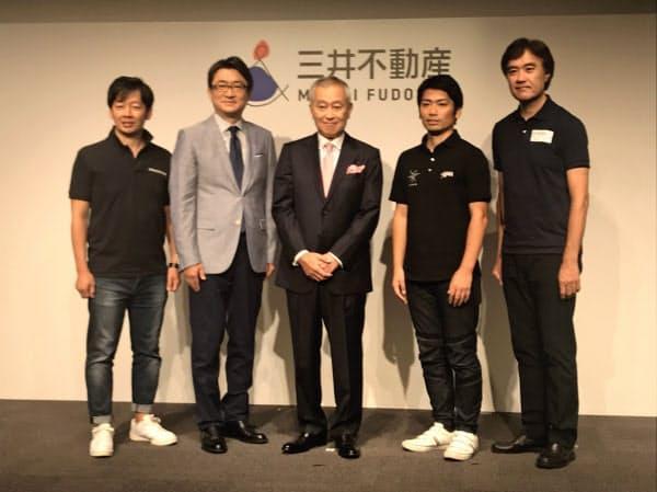 三井不動産の日本橋再生計画の新たな構想を語った菰田正信社長(29日、東京・中央、写真中央)