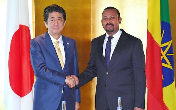 会談を前にエチオピアのアビー首相(右)と握手する安倍首相(29日、横浜市)=代表撮影