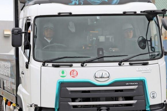 ドライバーがハンドルから手を離して走行している(北海道斜里町、29日)