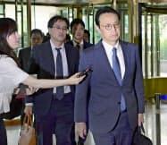 29日、ソウルの韓国外務省に入る外務省の金杉憲治アジア大洋州局長(手前)(共同)