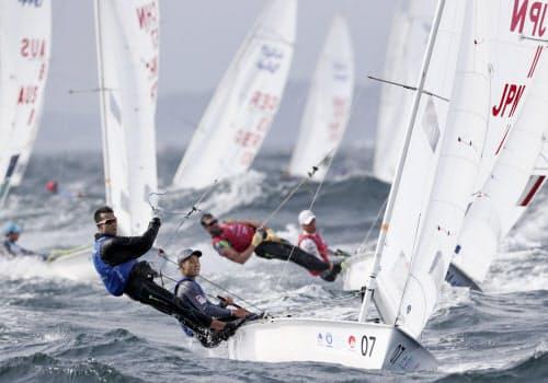 男子470級で日本勢トップの4位につけた土居(手前右)、木村組(29日、江の島ヨットハーバー沖)=共同