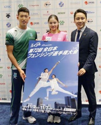 全日本選手権をPRする日本フェンシング協会の太田雄貴会長(右)。左は見延和靖(29日、東京都内)=共同