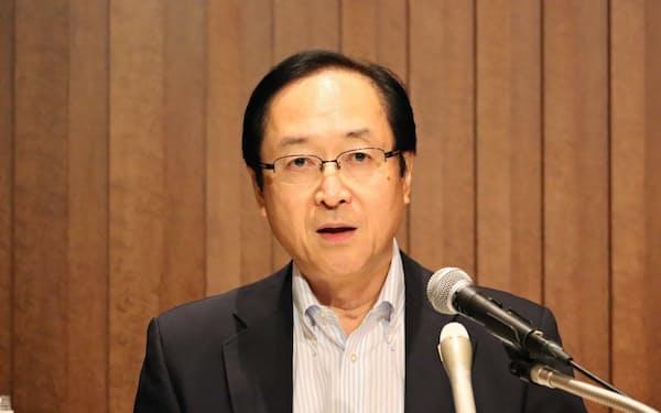 マイナス金利の深掘りに懸念を表明した日銀の鈴木人司審議委員(29日、熊本市での記者会見)