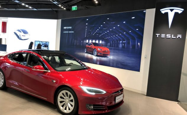 テスラは年内にも上海の新工場を本格稼働させる計画だ(上海市内の店舗)
