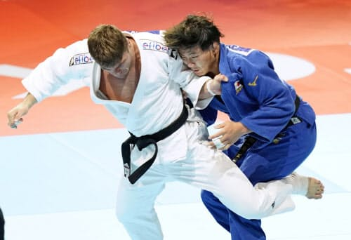 男子90キロ級決勝 オランダのノエル・ファントエント(左)と対戦する向翔一郎(29日、日本武道館)=共同