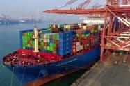 米国の対中輸出が貿易戦争で落ち込んでいる(中国の貿易港)=AP