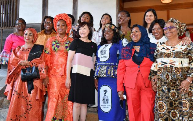 アフリカ開発会議の参加各国の配偶者プログラムで、記念写真に納まる首脳夫人ら。前列左から3人目は安倍昭恵首相夫人(29日、横浜市)